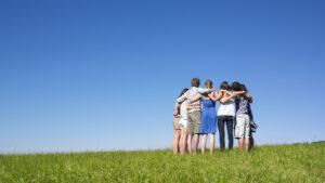 グループで励まし合っているイメージ