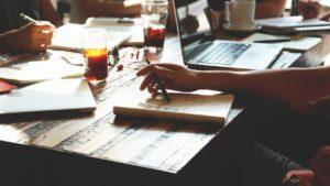 起業のアイデアを考えているイメージ